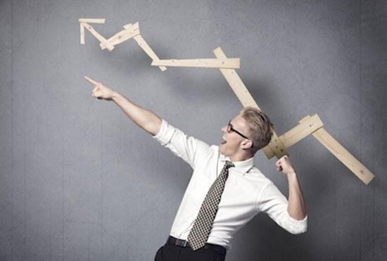 график вверх и офисный мужчина в очках